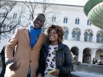 internationale Studierende. Entscheidung internationaler Studierender, nach dem Studium in Deutschland zu bleiben oder in ihre Heimatländer zurückzukehren.