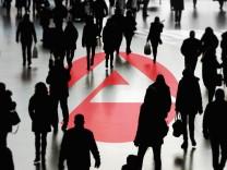 Logo der Bundesagentur f¸r Arbeit mit Menschenmenge