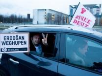 Autokorso für  inhaftierten Journalisten Yücel in Berlin