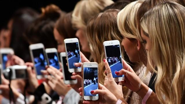 Viele Smartphones parallel mit schnellem Internet zu versorgen, wäre mit 5G kein Problem mehr.