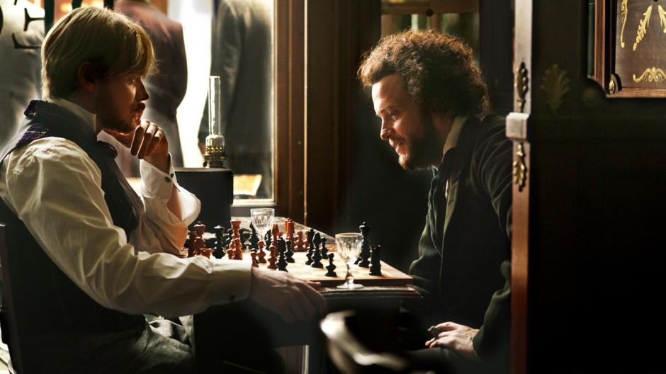In Paris lernen sich Engels (Stefan Konarske, links) und Marx (August Diehl) kennen, trinken Wein, spielen Schach.