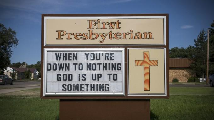 Der Anbieter der Bibel-Fonds würde das womöglich so übersetzen: Wenn Sie bislang keinen Erfolg an der Börse hatten, hilft Ihnen nun Gott. (Foto: Andrew Burton/AFP)