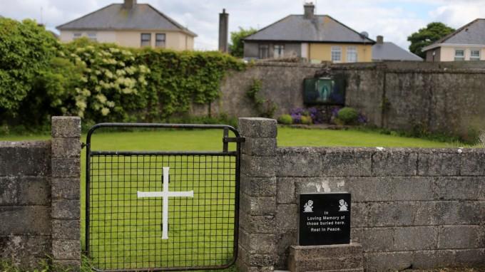 Der Eingang zu der Stätte im westirischen Tuam, an der Hunderte Kinder begraben liegen. (Foto: REUTERS)