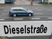 VW Passat Variant in der Dieselstraße in Wolfsburg