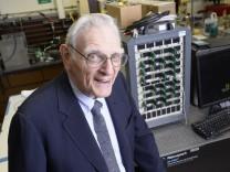 John Goodenough, Miterfinder des Lithium-Ionen-Akkus, der in vielen Smartphones und Elektroautos zum Einsatz kommt, in seinem Labor.