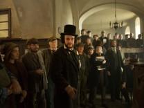 """August Diehl als Karl Marx in einer Szene aus dem Film """"Der junge Karl Marx""""."""