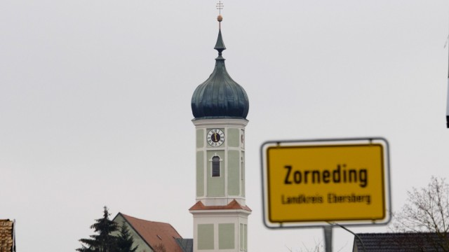 Zorneding kath. Pfarrkirche im Ortsumfeld