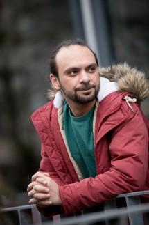 Syrischer Autor Yamen Hussein fotografiert vor der Schrannenhalle
