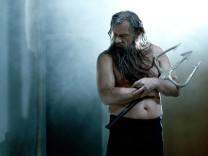 """Joachim Nimtz als Poseidon in Sartres """"Troerinnen""""."""