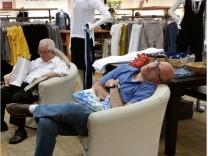 gelangweilte Shopping Männer