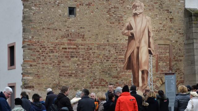 Hölzerner Karl Marx-Schattenriss in Trier vorgestellt