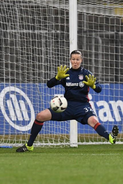 v li Isabel Kerschowski Wolfsburg 27 gibt die Flanke zum 0 2 Tinja Riikka Korpela Torwart To