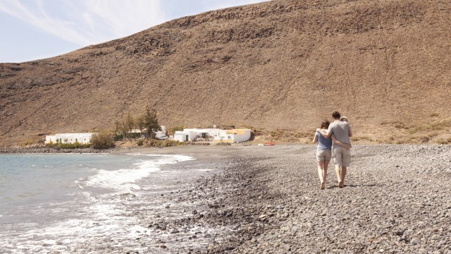 Spain Fuerteventura couple with baby walking on beach model released Symbolfoto PUBLICATIONxINxGER