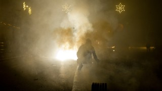 Bruck: Sylvester-Feuerwerk in der Hauptstrasse bei dichtem Nebel