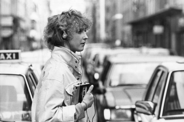 Frau hört Walkman, 1983