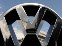 VW Logo vor Porsche Zentrale
