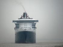 'Queen Mary 2' auf der Elbe