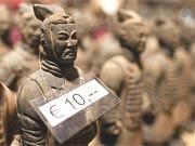 Kleine Terrakottakrieger-Nachbildungen am Rande der Ausstellung der chinesischen Terrakotta-Krieger im Hamburger Museum für Völkerkunde