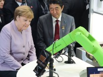 Hannover German Chancellor Angela Merkel and Japanese Prime Minister Shinzo Abe R visit a booth