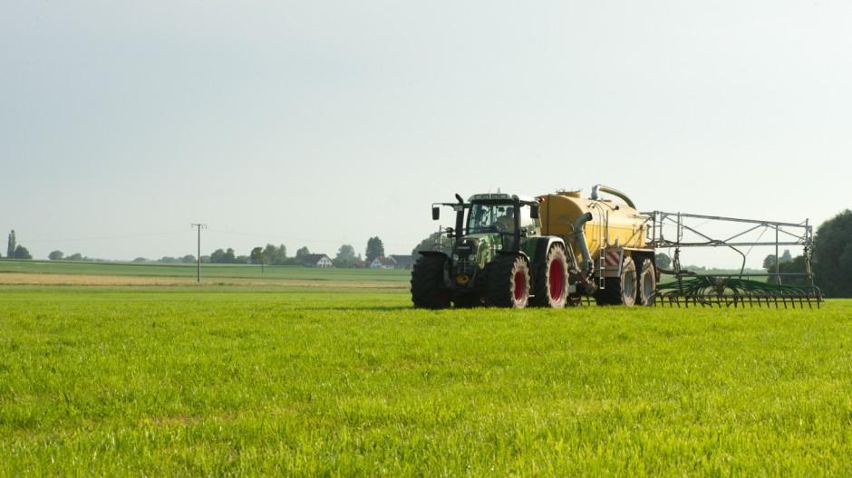 Landwirt Feld Gülle ausfahren