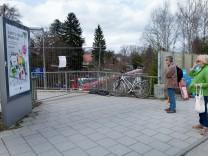 Bahnhof Solln, Wolfratshausener Str. gesperrte Fussgängertreppe, die von der Brücke zum Bahnsteig führt.