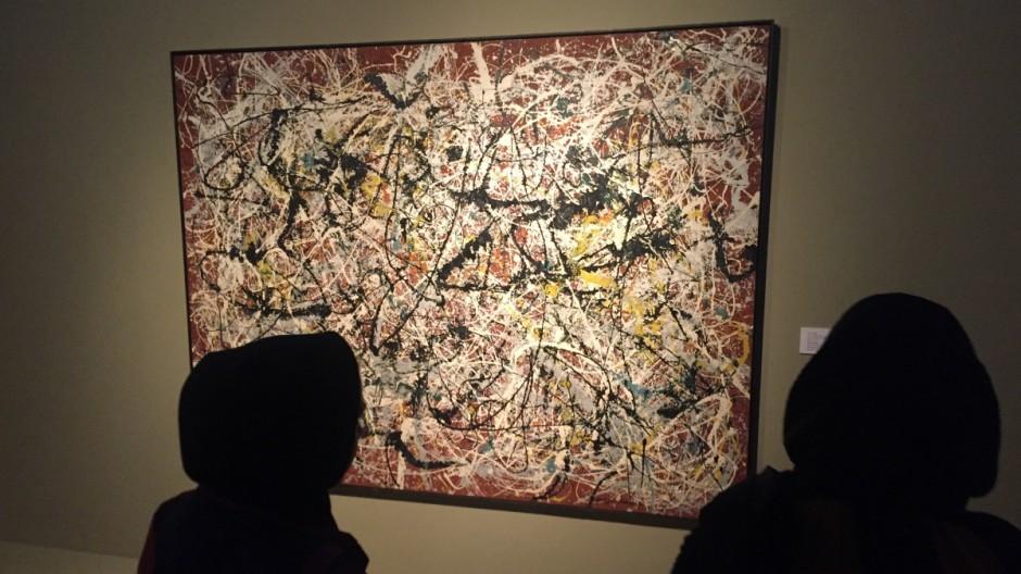 """Bild """"Mural on Indian Red Ground"""" von Jackson Pollock in der Teheraner Ausstellung der Farah-Diba-Sammlung."""