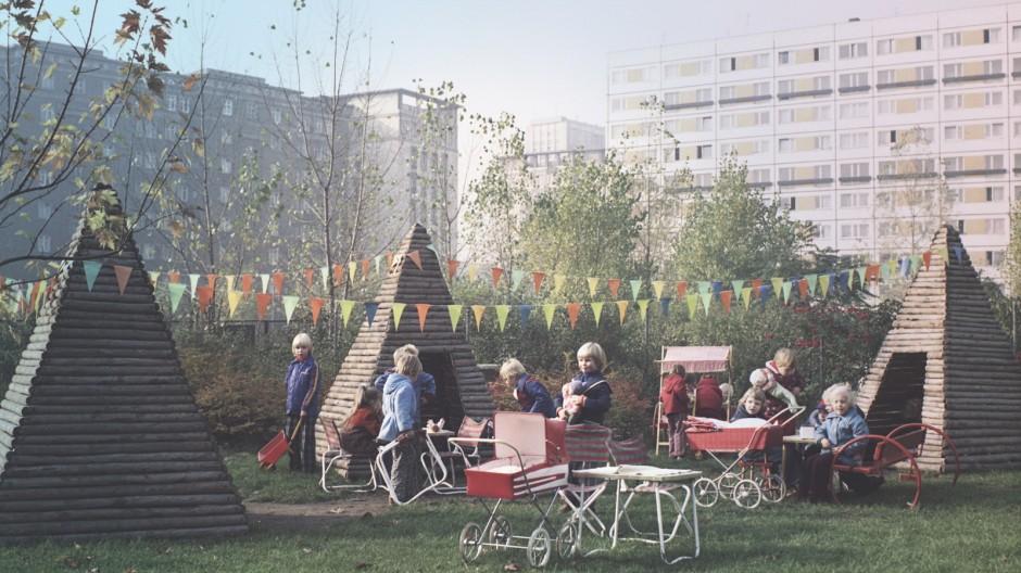 01 07 1976 Berlin Deutsche Demokratische Republik DDR Kindergartenkinder spielen auf einem Spi