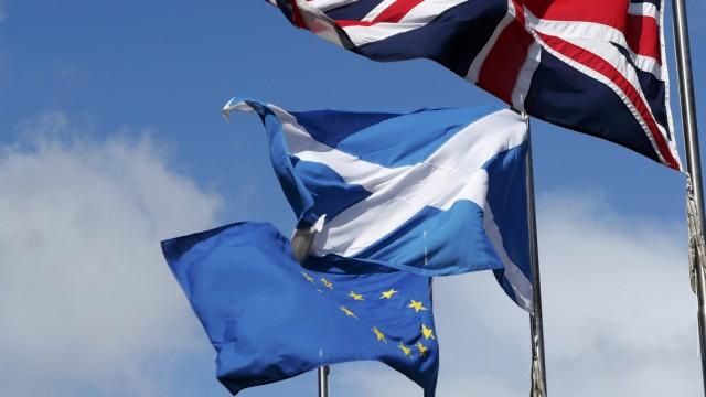 Der britische Union Jack, Schottalnds Saltire und die EU-Fahne vor dem Parlament in Edinburgh