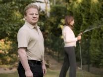 Sandra Voigt (Claudia Eisinger, rechts) wässert den Garten.Wegen der Grenze des Grundstücks stritt sich ihr Stiefvater Leo Voigt (Werner Wölbern) mit dem ermordeten Nachbarn.