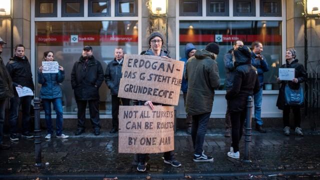 Türkische Erdogan-Gegner Anfang März 2017in Köln. Aus der Metropole am Rhein berichtet nun auch ein unabhängiger Fernsehsender über die Türkei.