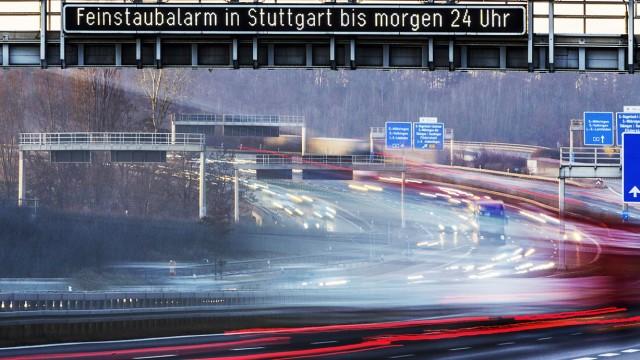 DEU Deutschland Stuttgart 02 02 2017 Feinstaubalarm in Stuttgart An der Autobahn A8 wird darauf