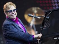 El canante británico Elton John cumple 70 años