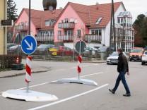 Verkehrshindernisse auf der Hauptstraße; Hindernisse zur Verkehrsberuhigung