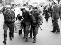Polizisten tragen Demonstranten weg, 1967