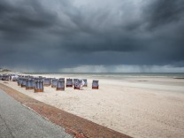 Norderney 30 APR 2016 Urlaub an der Nordseeküste Strandkörbe am Nordstrand vor Wolkenhimmel OSTF