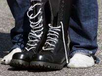 Dutzende untergetauchte Neonazis mit Haftbefehl gesucht