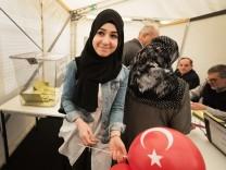 Türken stimmen über Erdogans Verfassungsentwurf ab.