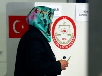 Turkish voters living in Germany cast their ballots on the constitutional referendum in Munich