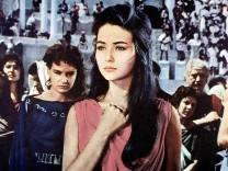 Christine Kaufmann Mit den anderen Christen steht Elena Christine Kaufmann in der Arena und wartet