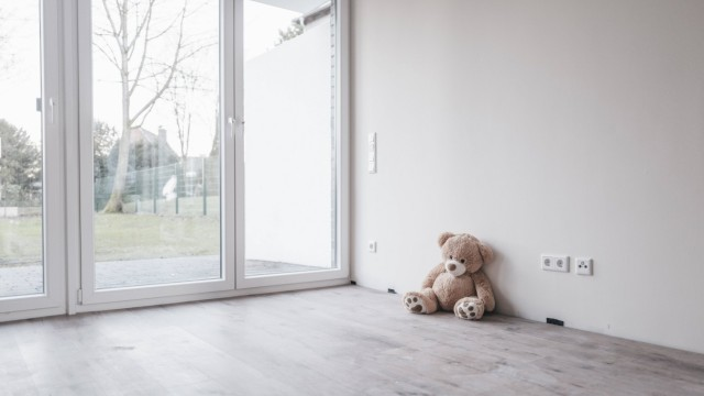 Teddy bear in empty room property released PUBLICATIONxINxGERxSUIxAUTxHUNxONLY JOSF00511