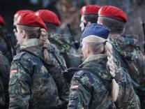 Ministerpräsidentin Malu Dreyer spricht zu Soldaten