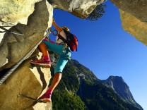 Kletterin an einer Felswand am Klettersteig La Cascade Frankreich Savoie Pralognan climber at roc