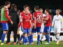 enttäuschte Unterhachinger Spieler nach Spielende vorn Sascha Bigalke Unterhaching 21 enttäuscht; Fußball