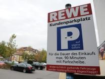 Parkschild auf Rewe-Kundenparkplatz