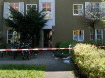Selbstmord Klugstr 131, Gern. Mann soll aus Fenster gesprungen sein, in der Wohnung liegt seine tote Frau.