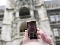 München: RITUALE - Touristen warten aufs Glockenspiel am Marienplatz