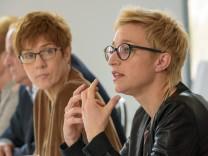 Kramp-Karrenbauer präsentiert mögliches Ministerteam