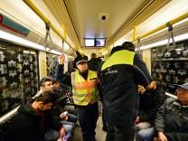 Polizei und BVG bei Doppelstreifen in U-Bahnen