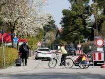 Kampfmittelräumung Freimann, Sperrzone verlängert. Straßensperre am Schlößlanger Ecke Weißtannenweg