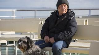 Matula (Claus Theo Gärtner, rechts) mit Hund unterwegs auf eine Nordseeinsel.
